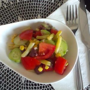 Освежителна салата со пченка и боранија