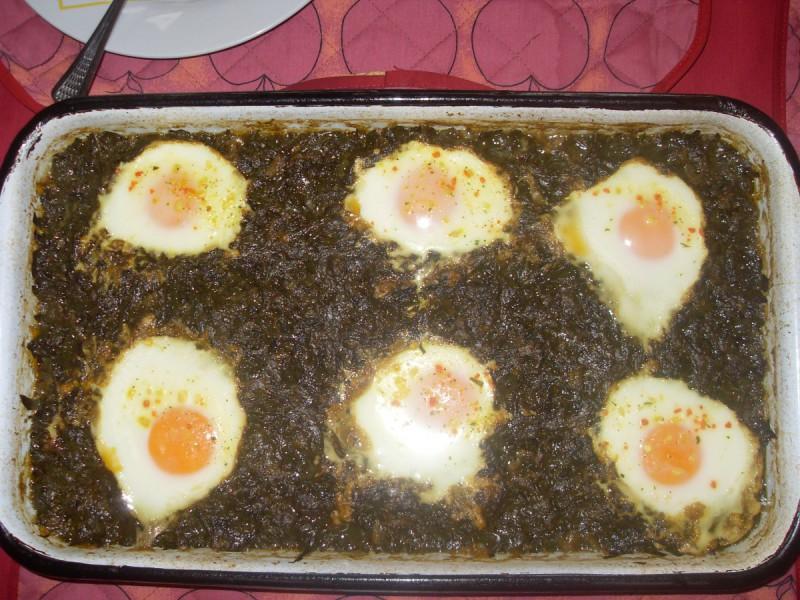 Спанаќ потпечен со јајца и ориз