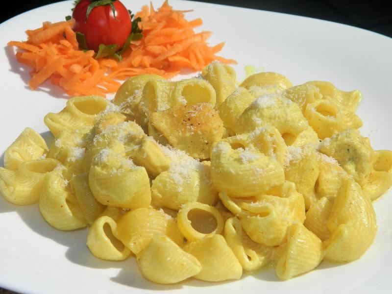 Макарони со пилешко и кари
