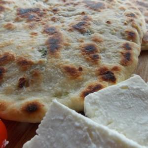 Лебчиња со млад кромид и сирење во тава