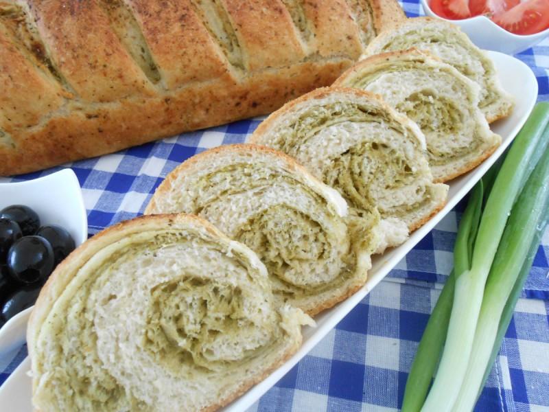 Леб со зелен песто