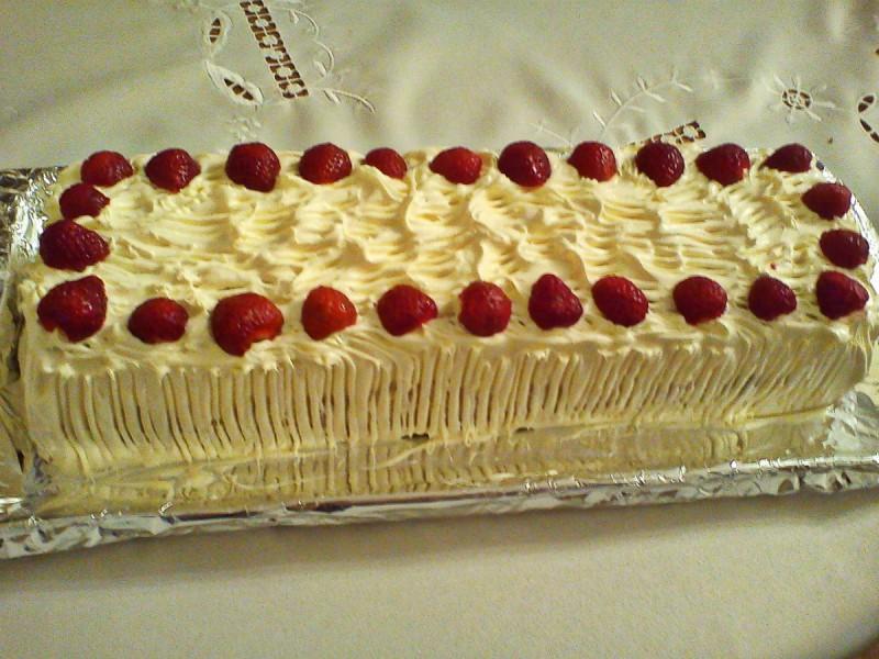 Торта со ванила крем и јагоди