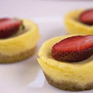 Видео рецепт: Мини чизкејк тортички со јагоди