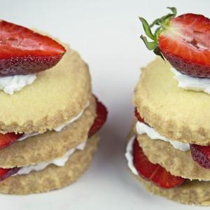 Видео рецепт: Сендвич од бисквити и јагоди