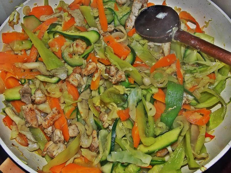 Зеленчук со свинско во вок тава