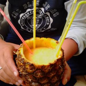 Портокалово смуди во чаша од ананас
