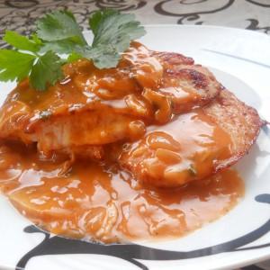 Стек со доматен сос и печурки