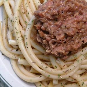 Шпагети со сос од туна и мед