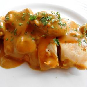 Пилешко со кари сос