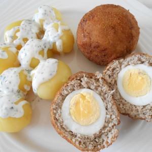 Шкотски јајца со сос од тревки