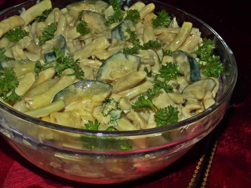 Вкусна салата со боранија и тиквички