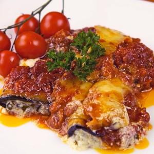 Видео рецепт: Ролнички од модар патлиџан во сос од домати