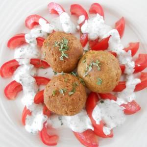 Ќофтиња од леблебија со салата од домати и јогурт