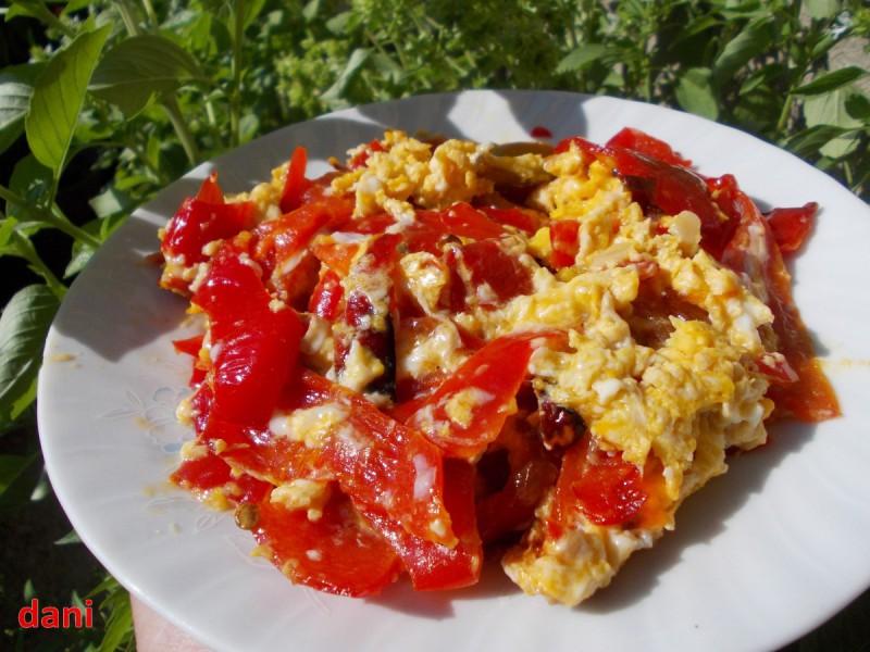 Пржена туршија со јајца