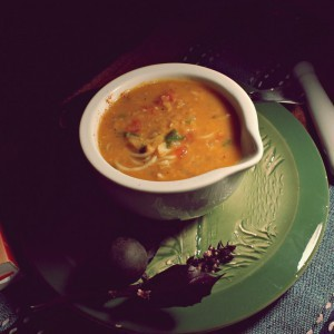 Супа од црвена леќа со сушена лимета и зачини