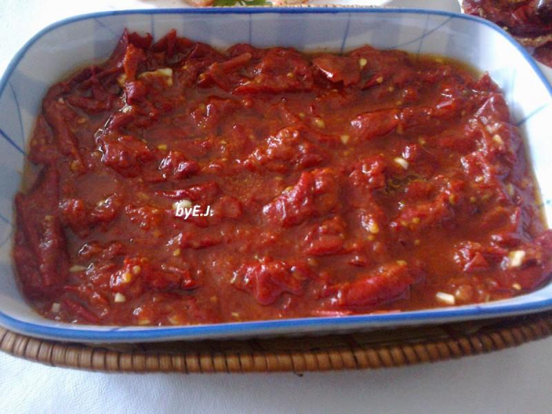 Суви црвени пиперки во доматен сос