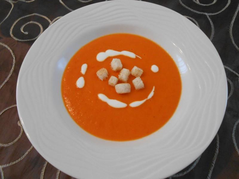 Пикантна супа од црвени пиперки