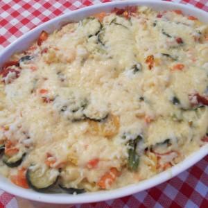 Гратинирани фусили со мешан зеленчук