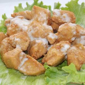 Маринирано пилешко со маринада од цитрон и млечен прелив
