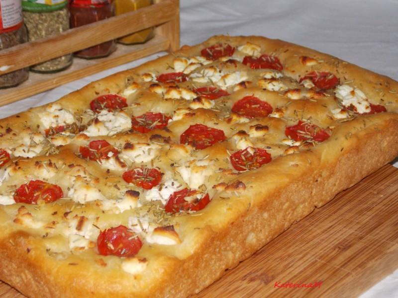 Фокача со козјо сирење, шери домати и рузмарин