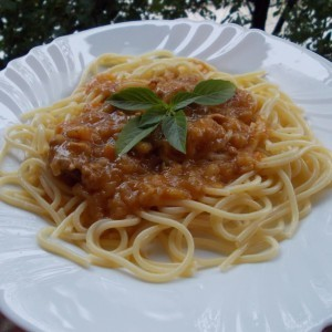 Шпагети во гулаш сос со свинска пафта