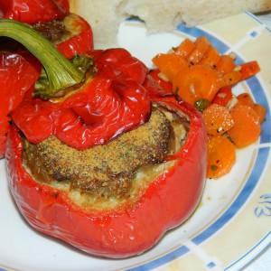 Полнети пиперки со месо и колбаси