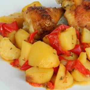 Пилешко со компири и пиперки
