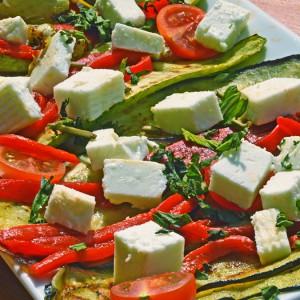 Видео рецепт: Медитеранска салата од зеленчук на скара со фета сирење и нане