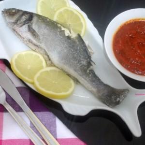 Риба во сол со салца