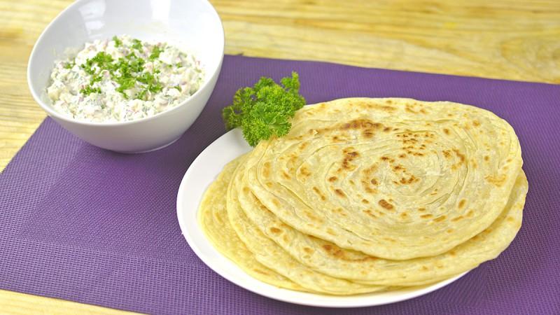 Видео рецепт: Индиски лиснат леб со намаз од пиперки, сирење и павлака