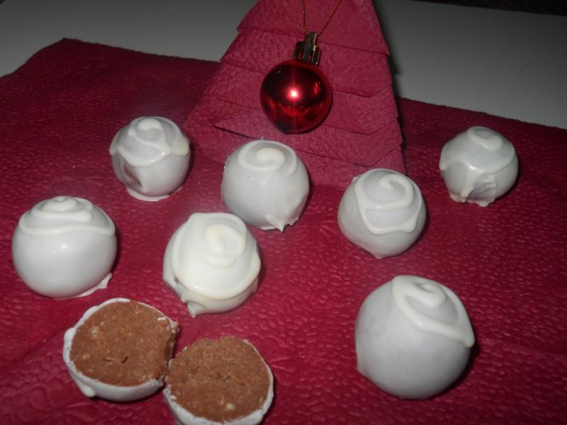 Бомбици со слатка павлака, чоколада и мелени бисквити