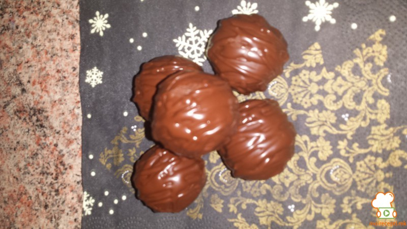 Бомбици со лешници и мелени бисквити