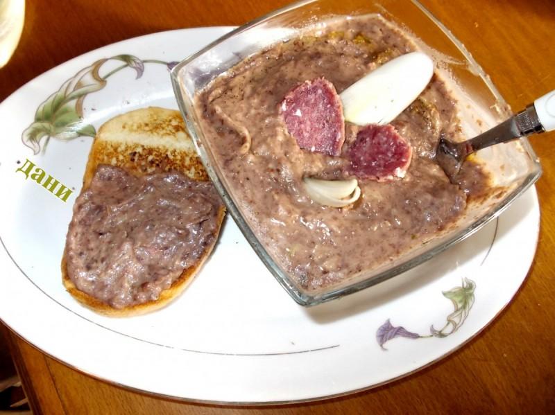 Паштета од црвен грав, праз и чајна салама