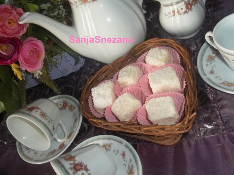 Мини кокосови коцки со бело чоколадо-Mini lamington