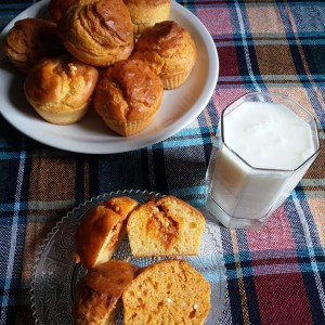 Пченкарни мафини со ајвар и сирење