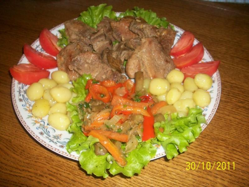 Свински шницли со зеленчук