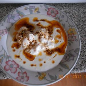 Јајца на вода со оцет и лук
