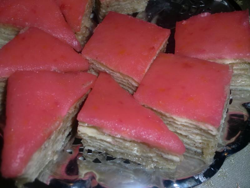Розен торта со фил од мелени ореви