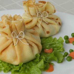 Вреќички од палачинки со руска салата