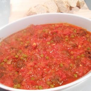 Ќофтиња во сос од домати и грашак