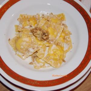 Домашни равиоли во сос од горгонзола