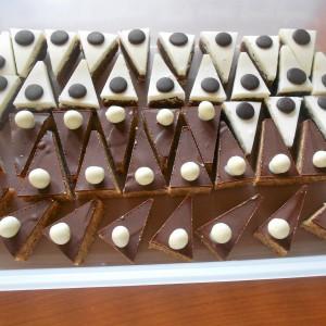 Триаголни сникерс колачи