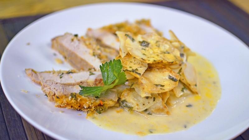 Видео рецепт: Похувани свински шницли со зачини и крем сос со целер