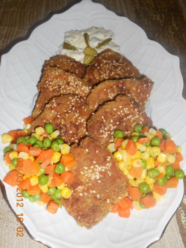 Посни соја шницли со Тартар сос и мешан зеленчук