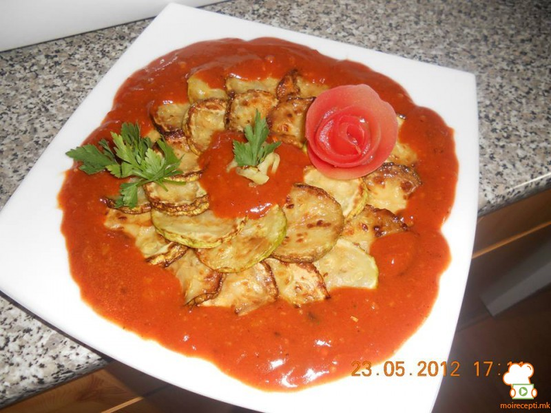 Пржени тиквички во сос од црвени домати