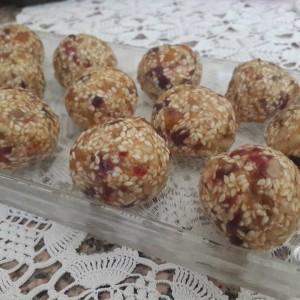 Сусам бомбици со суво овошје (посно)