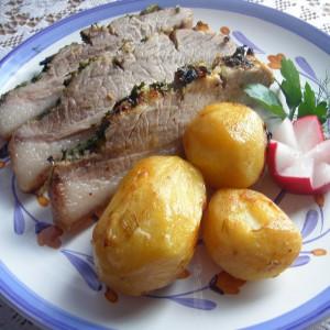 Свинско печено со црвено вино