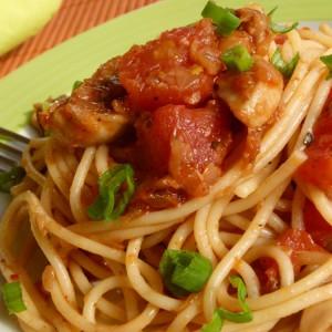 Шпагети со пикантен сос