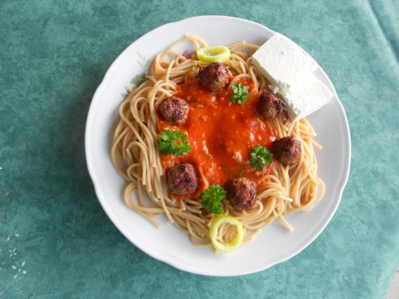 Интегрални шпагети со сос од домати и мали ќовтенца