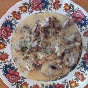 Свинско срце со печурки во бел сос